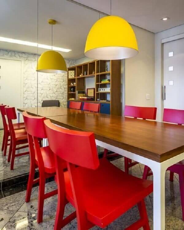 Mesa para sala de jantar com pendente amarelo