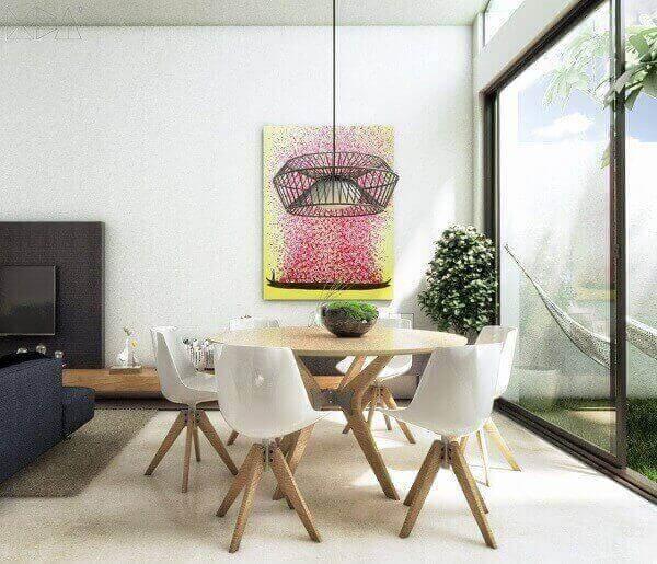 Mesa para sala de jantar em madeira com cadeiras brancas