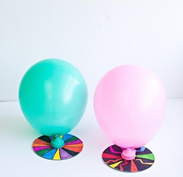 O artesanato com CD permitiu criar uma base para segurar bexigas