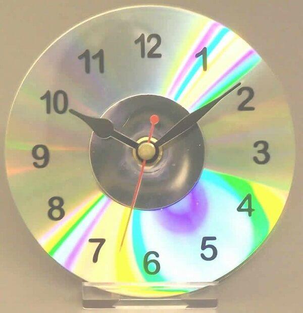 O artesanato com CD permite criar lindos relógios de mesa