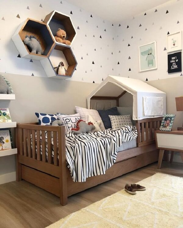 Os adesivos para parede de quarto com formato de triângulo trazem charme para o décor. Fonte: Pinterest