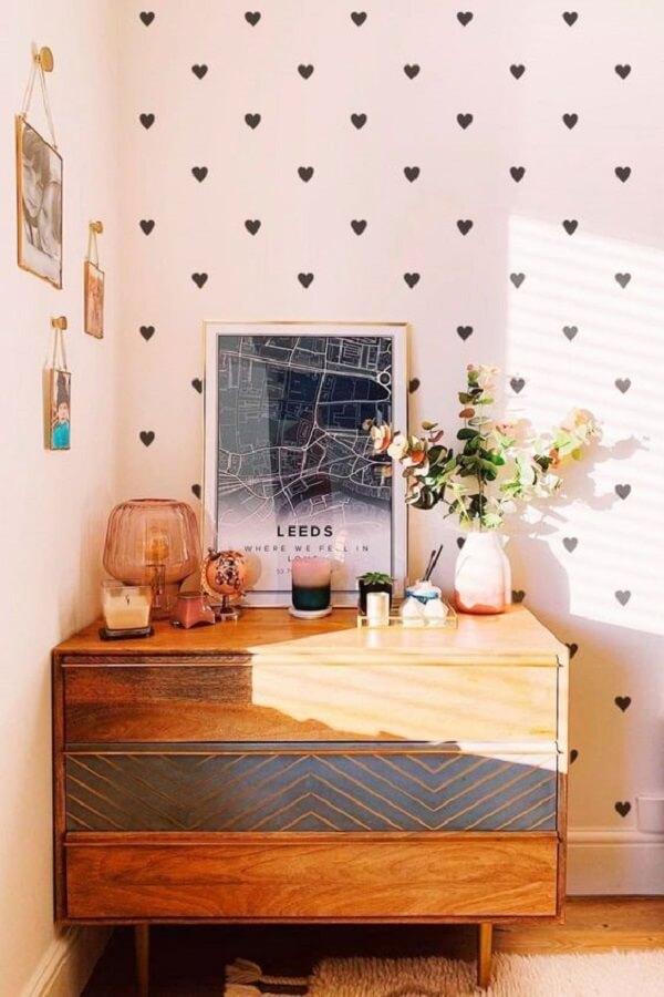 Os adesivos para parede de quarto em formato de coração trazem um toque romântico para o espaço. Fonte: Papel Decor