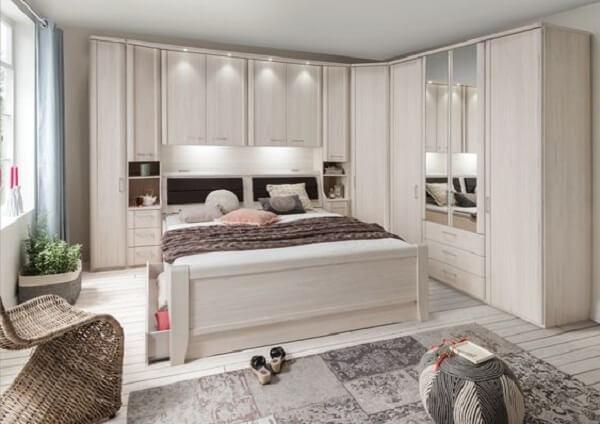 Os spost de luz destacam o guarda roupa no dormitório. Fonte: Pinterest
