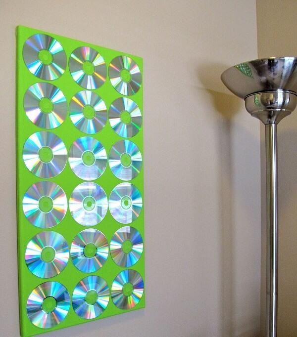 Painel decorativo criado por meio do artesanato com CD