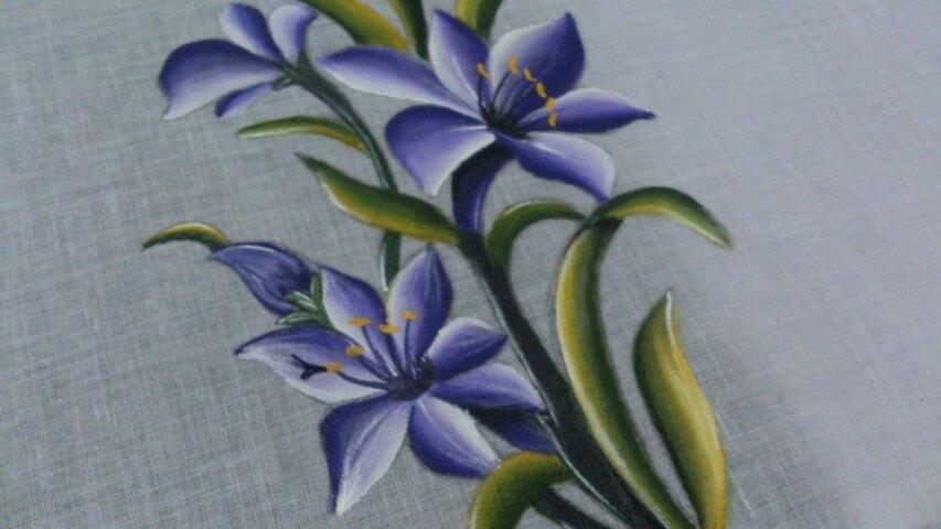Pintura em tecido com flor azul