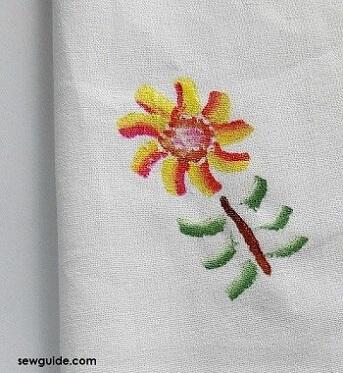 Pintura em tecido com flor pequena