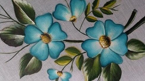 Pintura em tecido com flores azuis
