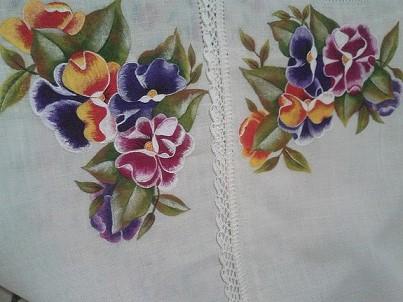 Pintura em tecido com flores coloridas