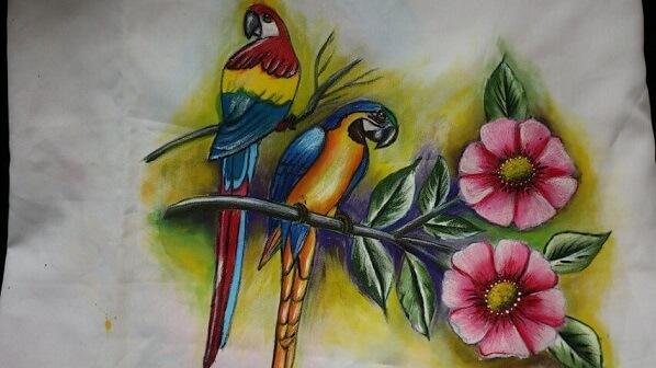 Pintura em tecido com flores e pássaros