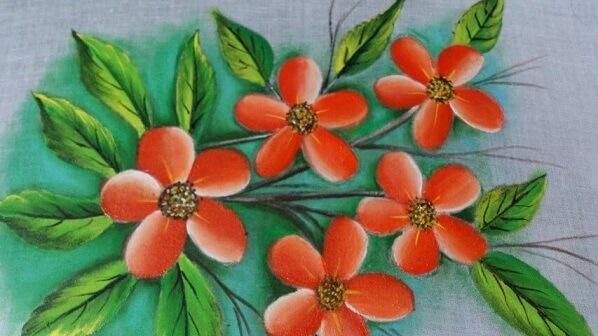 Pintura em tecido com flores laranja