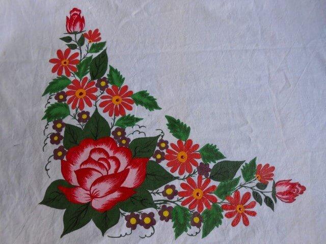 Pintura em tecido com flores no canto