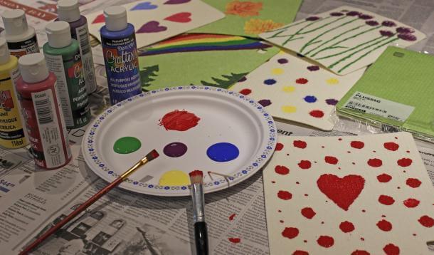 Pintura em tecido com tinta em prato