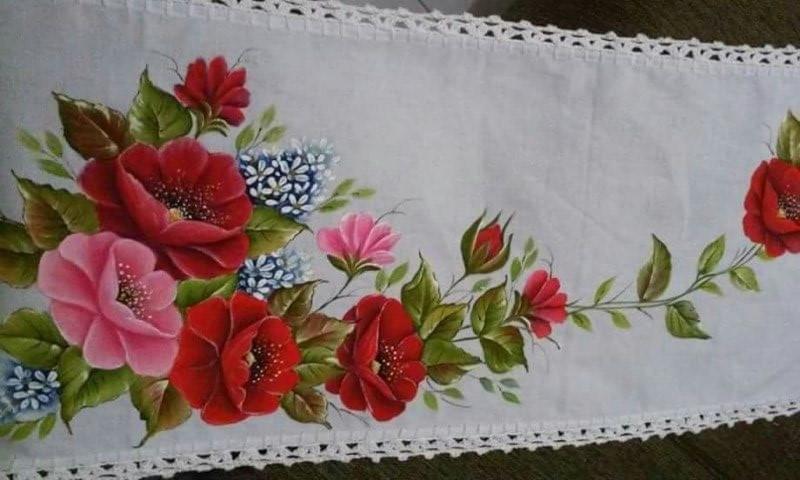 Pintura em tecido em caminho de mesa