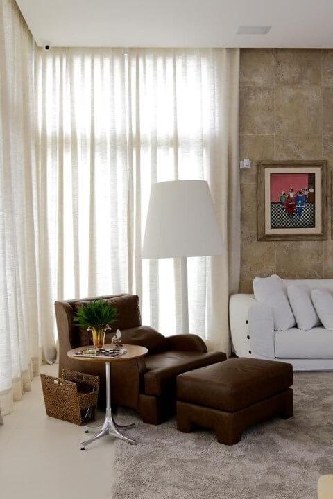 Poltronas para sala de estar amplos marrons Projeto de Rodrigo Fonseca