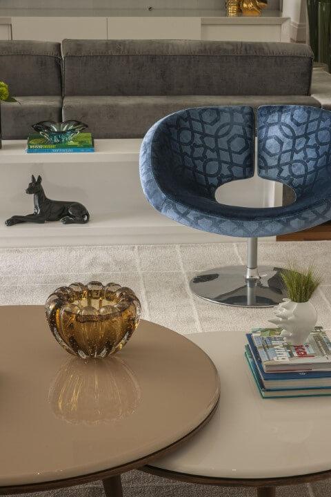 Poltronas para sala de estar azuis com design diferente Projeto de Erica Salguero