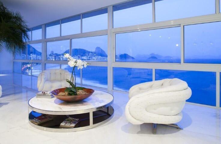 Poltronas para sala de estar brancas Projeto de Eduardo Raimondi