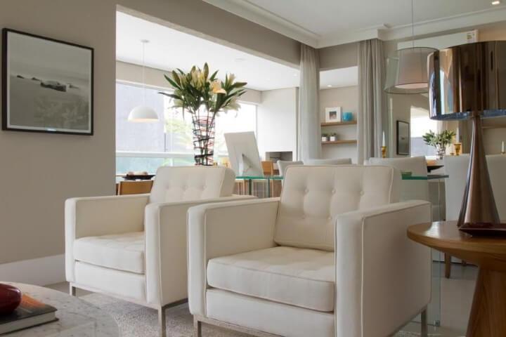 Poltronas para sala de estar brancas Projeto de Marilia Veiga