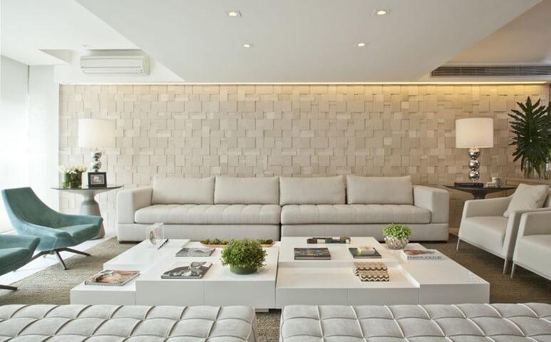 Poltronas para sala de estar coloridas em sala neutra Projeto de Bianka Mugnatto