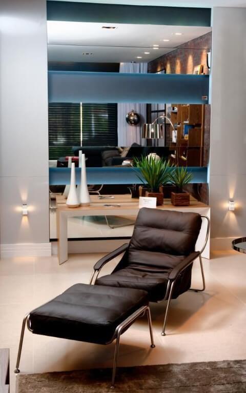 Poltronas para sala de estar escuras com apoio para os pés Projeto de Juliana Pippi