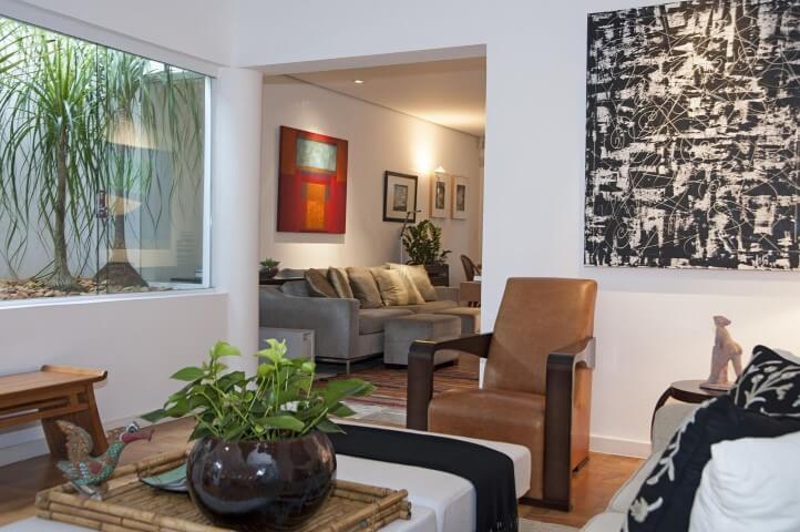 Poltronas para sala de estar marrons Projeto de Renata Romeiro