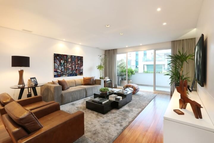 Poltronas para sala de estar marrons de couro Projeto de Carolina Ouro