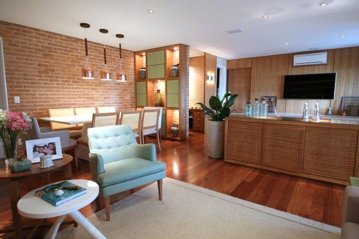 Poltronas para sala de estar verdes em sala integrada Projeto de Meyer Cortez