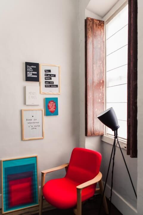 Poltronas para sala de estar vermelhas Projeto de Studio Um Interiores