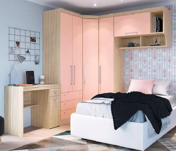 Quarto com guarda roupa modulado de canto na cor rosa. Fonte: Pinterest