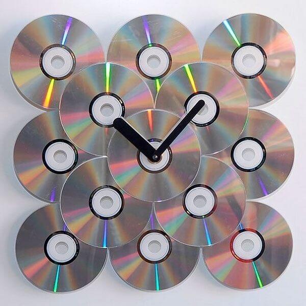 Relógio criativo feito de artesanato com CD