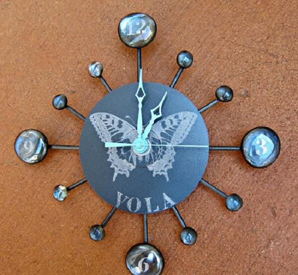 Relógio engenhoso criado por meio do artesanato com CD