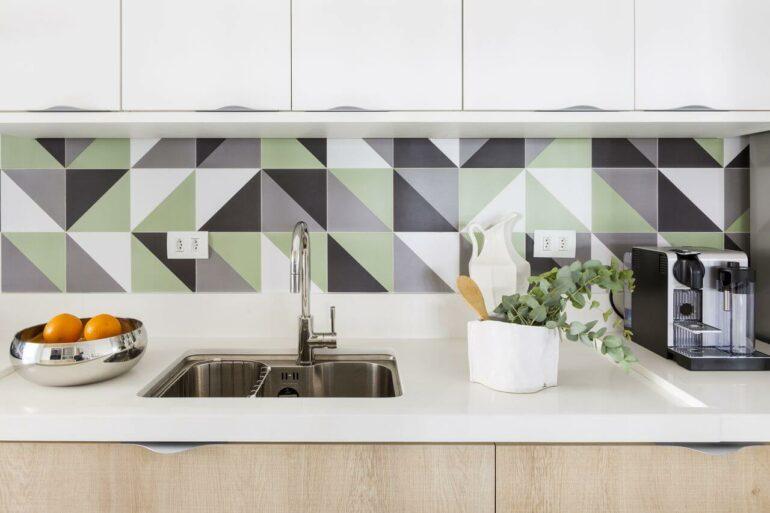 Revestimento de parede para cozinha colorido traz alegria para o ambiente. Fonte: Bárbara Dundes