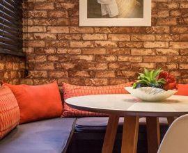 Sala de TV-com papel de parede 3D que imita tijolo Projeto de Andrea Fonseca
