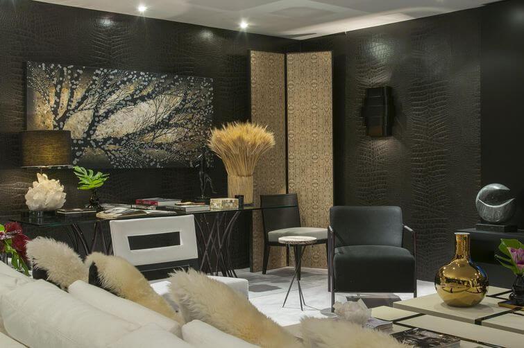 Sala de estar com papel de parede 3D preto Projeto de Beto Galvez e Norea de Vitto