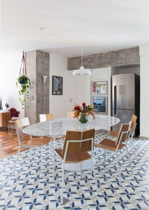 Sala de jantar com pisos para sala de ladrilhos Projeto de Ina Arquitetura