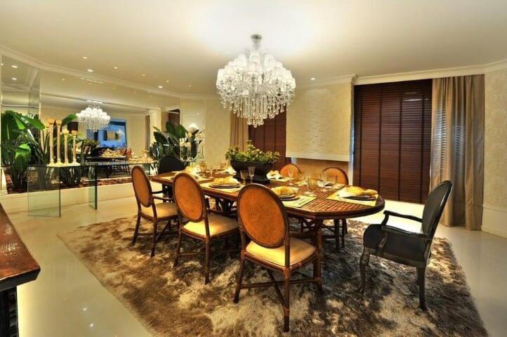 Sala de jantar com pisos para sala de porcelanato e tapete Projeto de Bender Arquitetura