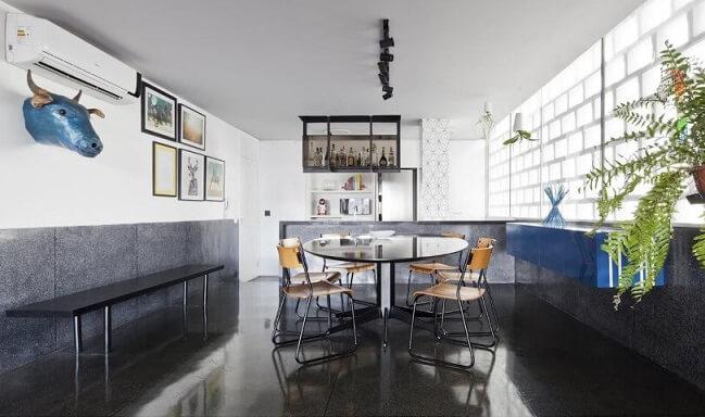 Sala de jantar com pisos para sala de porcelanato escuro Projeto de Filipe Ramos