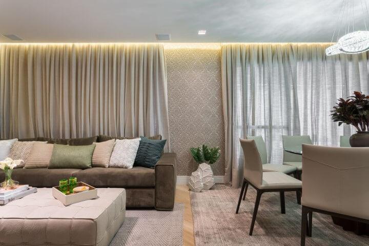 Sala integrada com papel de parede 3D Projeto de Helena Koki