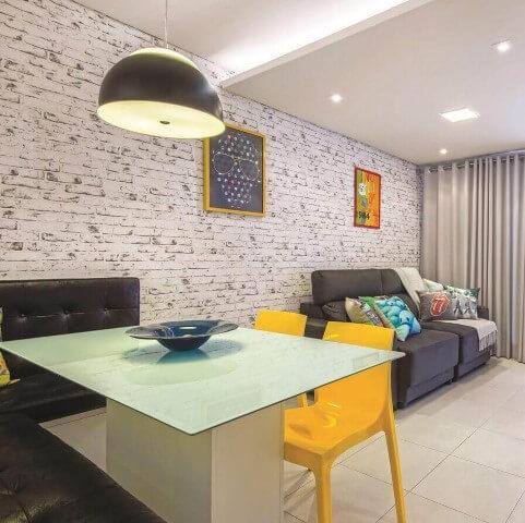 Sala integrada com papel de parede 3D de tijolo Projeto de Carol Rivelli