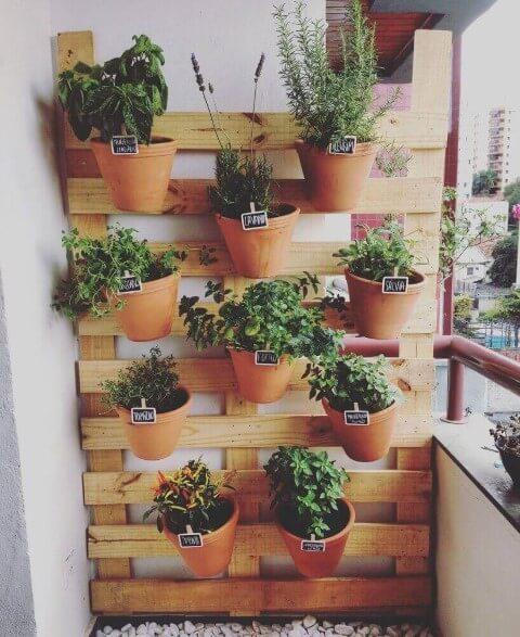Varanda com horta em casa feita de paletes Foto de Pinterest
