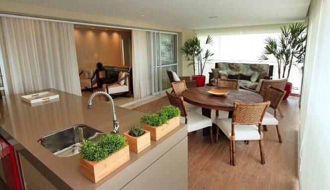 Varanda gourmet com mini horta em casa Projeto de Fabiana Infantozzi