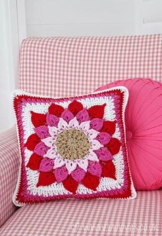 almofada de crochê com flor