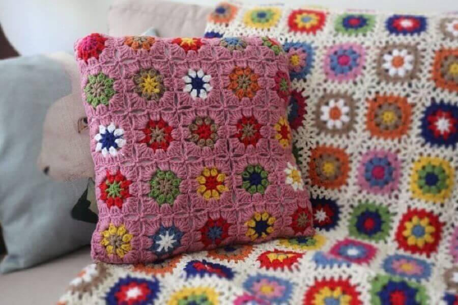 almofada de crochê com flores no estilo retalho