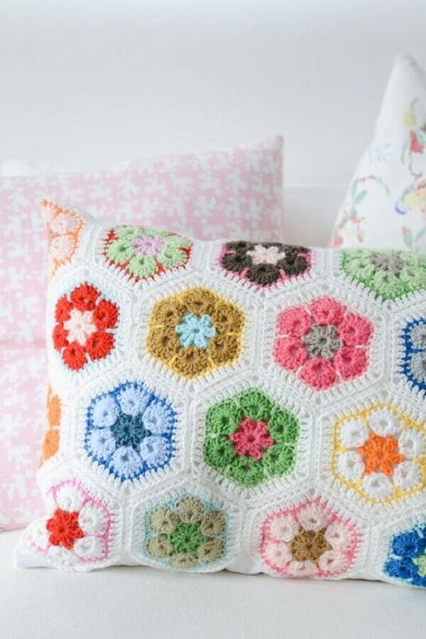 almofada de crochê com flores tipo retalho
