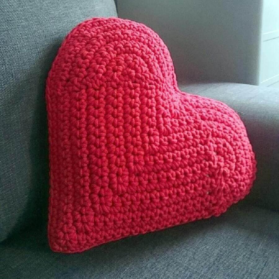 almofada de crochê com formato de coração