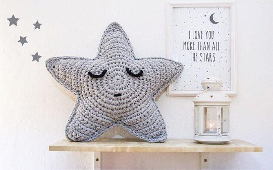 almofada de crochê em formato de estrela para quarto infantil