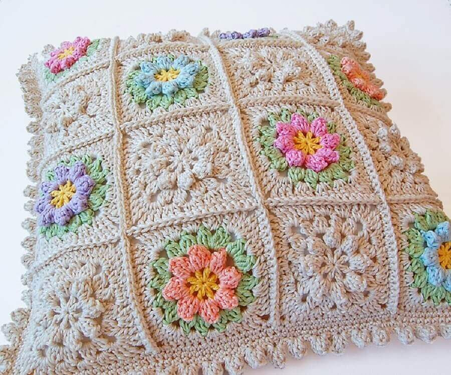 almofadas de crochê com flores coloridas e delicadas
