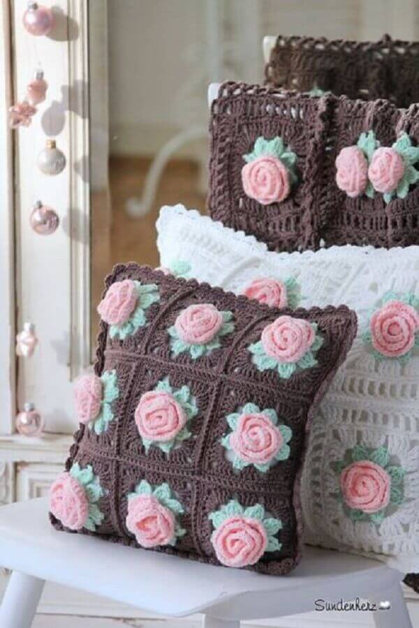 almofadas de crochê com flores cor de rosa
