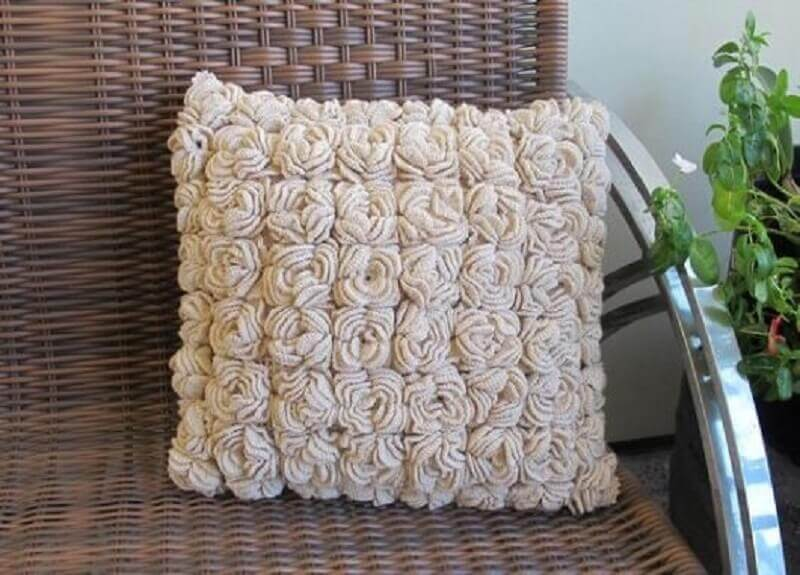 almofadas de crochê com flores pequenas em relevo