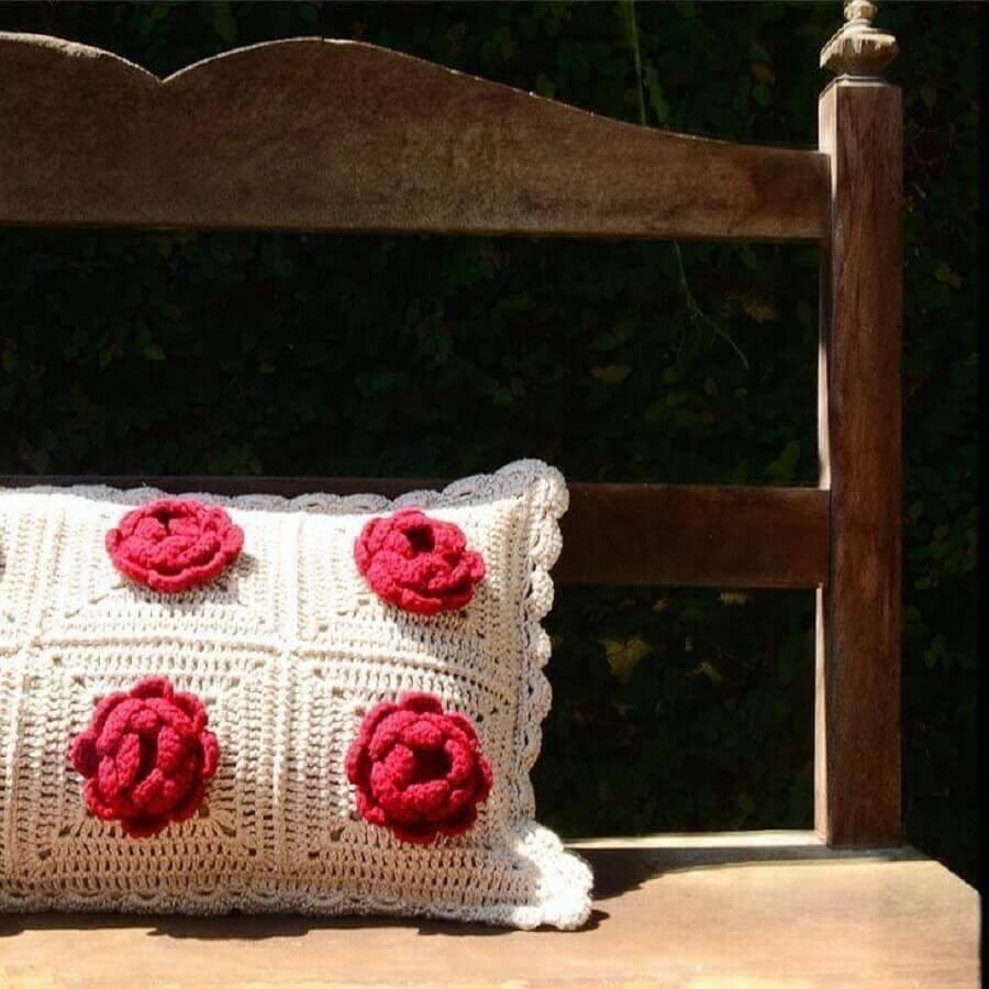 almofadas de crochê com flores vermelhas em alto relevo