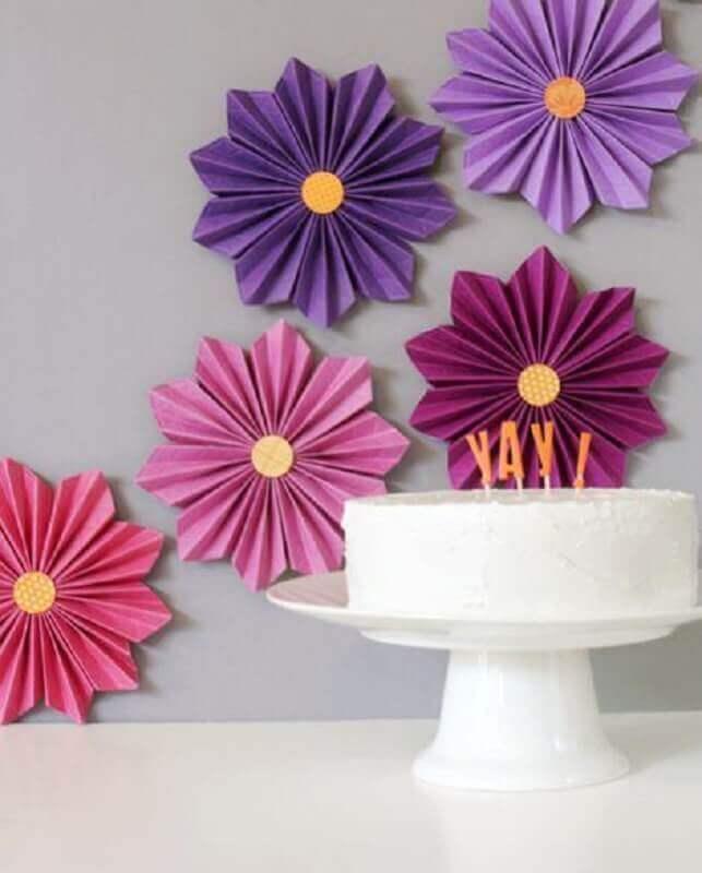aniversário decorado com maxi flor de papel